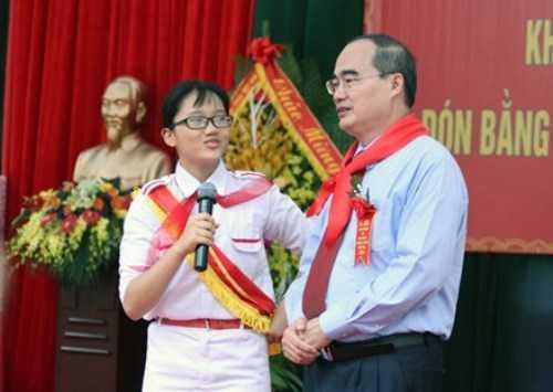 Nguyễn Thu Minh (học sinh lớp 9A2, THCS Nam Từ Liêm) tự tin trả lời những câu hỏi khó của GS Nguyễn Thiện Nhân