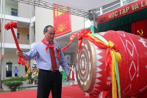 Ông Nguyễn Thiện Nhân đánh trống khai giảng năm học  mới tại trường THCS Nam Từ Liêm