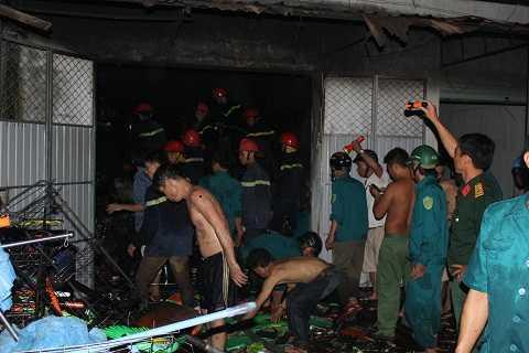 Hàng trăm người phải phá cửa để vào bên trong chữa cháy