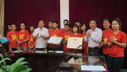 Bộ trưởng Đinh La Thăng và anh Nguyễn Mạnh Dũng tặng bằng khen cho nhóm phượng Phong Vân. Ảnh: Sỹ Lực.