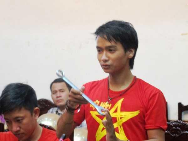 Thành viên Vũ Như Thương (sinh năm 1991) trả lại cho Ủy ban ATGT Quốc gia chiếc mỏ lết lấy tại hiện trường để phục vụ công tác cứu nạn.