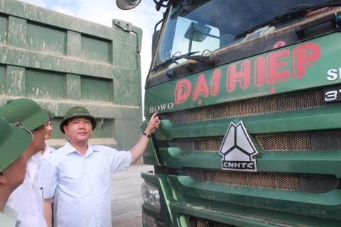Bộ trưởng Thăng kiểm tra một số xe cơi nới thùng.