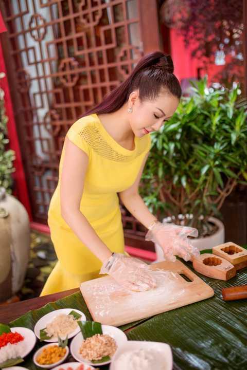 Vẫn là những nguyên liệu quen thuộc từ hạt dưa, hạt sen, lạp xưởng, đậu xanh, trứng muối,… Hoa hậu Thu Hoài đã khéo léo phối hợp một cách hài hòa, tạo nên những chiếc bánh Trung Thu nhỏ xinh, trang nhã.