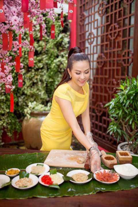 Vì vậy mặc dù đang khá bận rộn với dự án              khai trương lại cơ sở làm đẹp, Hoa hậu Thu Hoài vẫn dành thời gian tham              gia chương trình từ thiện tại chùa Phước Tường, Thủ Đức được tổ chức              trong một ngày gần đây.