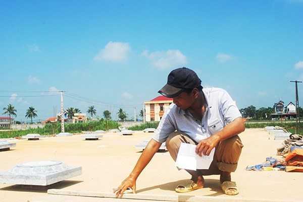 Kỹ sư Hoàng Quang Minh tại công trình xây dựng do mình đảm nhiệm ở xã Hạnh Phúc, huyện Thọ Xuân (Thanh Hóa). (Ảnh: T.Lượng).