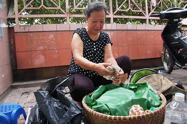 Gánh xôi sáng của bà Dung là chỗ dựa kinh tế của gia đình suốt 18 năm qua. (Ảnh: Nguyễn Dũng)