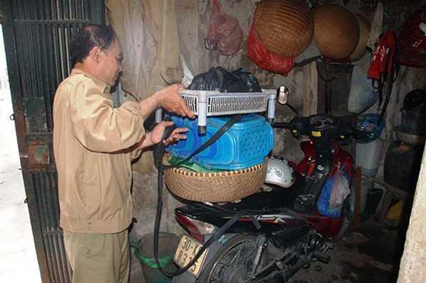Là thương binh mất sức khỏe 61%, song ông Hợi luôn giúp đỡ vợ, con trong căn nhà nhỏ của mình. (Ảnh: Nguyễn Dũng).