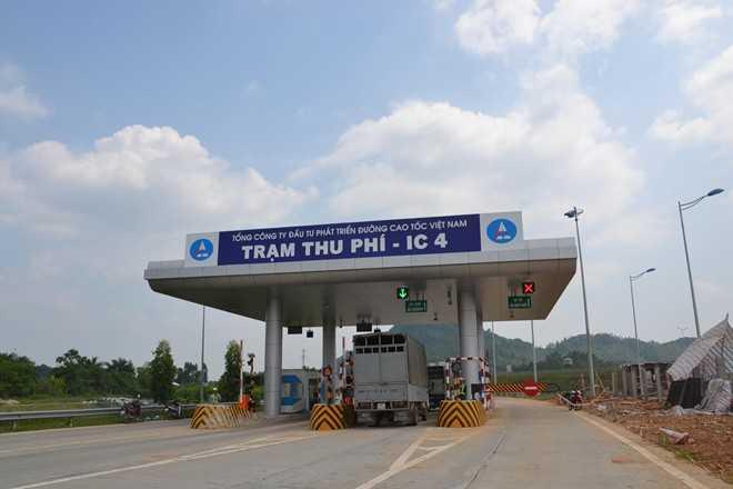 Một trạm thu phí tại thị trấn Gia Khánh (Bình Xuyên, Vĩnh Phúc), nơi đội vận hành cao tốc và lực lượng cảnh sát giao thông trực chốt xử lý sự cố. Ảnh: Hoàn Nguyễn