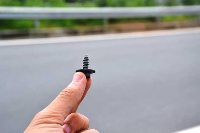 Chiếc ốc vít nằm trên lòng đường ghi nhận tại km21-190 trưa 22/9. Ảnh: Hoàn Nguyễn.