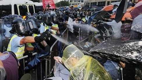 Hình ảnh được cho là cảnh sát Hong Kong xịt hơi cay vào đám đông sinh viên biểu tình