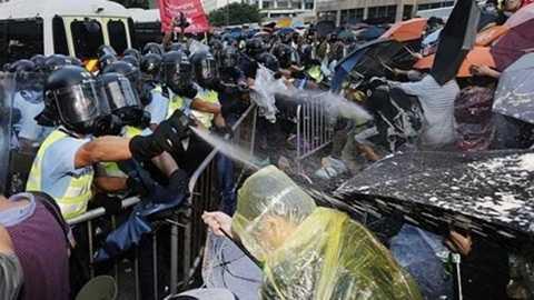 Cảnh sát Hong Kong xịt hơi cay vào đám đông sinh viên biểu tình