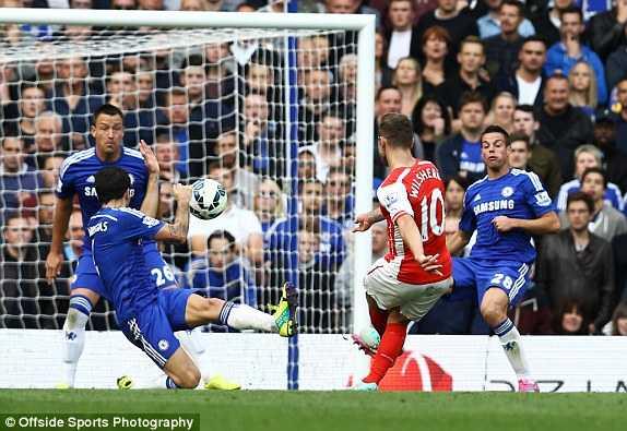 Bóng chạm tay Fabregas nhưng Arsenal không được hưởng 11m