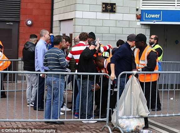 Kiểm tra an ninh bên ngoài Stamford Bridge