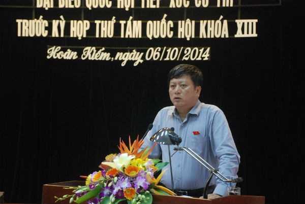 Đại biểu Quốc hội Nguyễn Minh Quang chia sẻ với cử tri quận Hoàn Kiếm chiều 6/10 (Ảnh: ND)