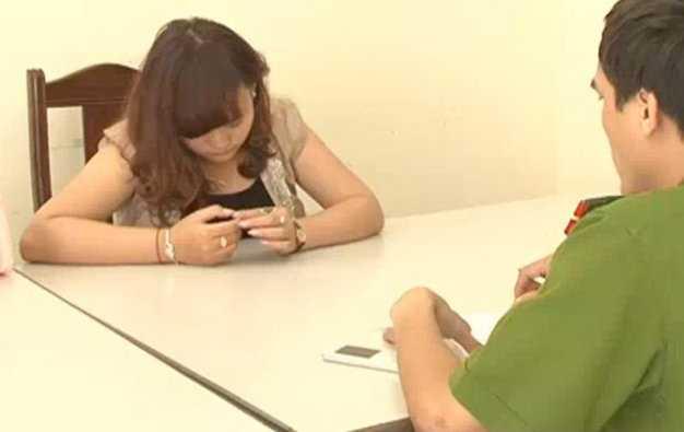 Công an đang lấy lời khai đối với Vi Thị Pồn (26 tuổi, trú tại bản Đình Tài, xã Xiềng My, huyện Tương Dương, Nghệ An) có hành vi buôn bán phụ nữ - Ảnh: An Khánh
