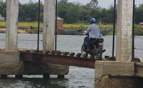 Chính quyền xã Tam Tiến đã dựng biển cảnh báo, người dân vẫn bất chấp nguy hiểm qua lại trên cây cầu đã dẫn đến những cái chết thương tâm.