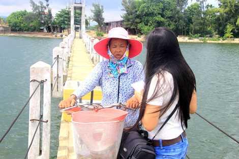 Bà Nguyễn Thị Đào (61 tuổi) dù từng là nạn nhân gặp nạn thoát chết, nhưng vì bức xúc mưu sinh hàng ngày vẫn liều mình qua cầu Vĩnh biệt.