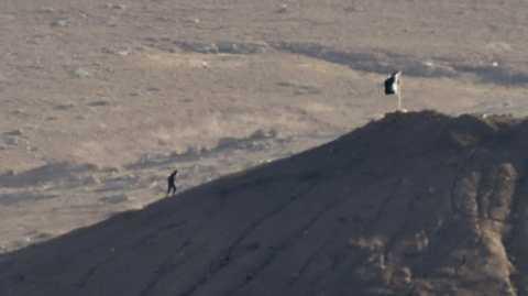 Phiến quân IS cắm cờ đen trên một con đồi ở thị trấn chiến lược Kobane, sát biên giới Thổ Nhĩ Kỳ