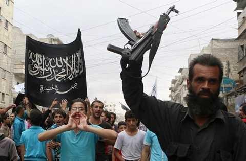 Một tay súng thuộc Al Nusra cùng những người ủng hộ