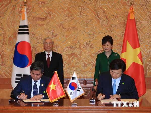 Bộ trưởng Bộ Kế hoạch - Đầu tư Bùi Quang Vinh và Bộ trưởng Ngoại giao Hàn Quốc Yun Byung-se ký Bản ghi nhớ về khắc phục hậu quả bom mìn sau chiến tranh tại Việt Nam - Ảnh: TTXVN