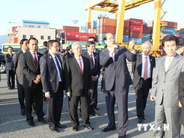 Tổng Bí thư Nguyễn Phú Trọng thăm Cảng Busan mới - Ảnh: TTXVN