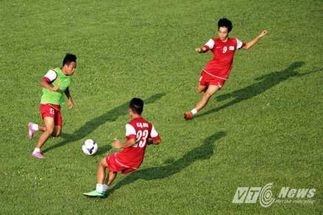 Ksor Úc, trung vệ của 'quân xanh' bị Quang Hải (23) và Văn Toàn áp sát rất nhanh.
