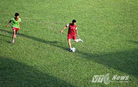 Hậu vệ cánh trái Hồng Duy (7) và tiền vệ Phan Thanh Hậu