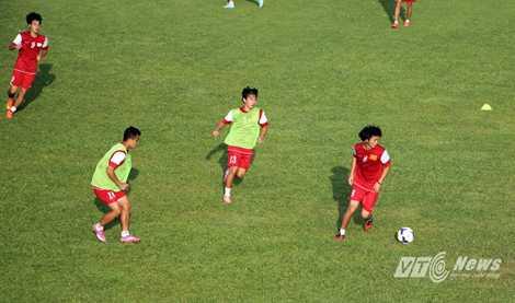 Tiền vệ Anh Tuấn (8) như thường lệ, hoạt động rộng