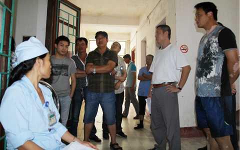 Lao động Trung Quốc chờ khám sức khỏe tại Bệnh viện ĐK Hà Tĩnh. Ảnh: Duy Tuấn.