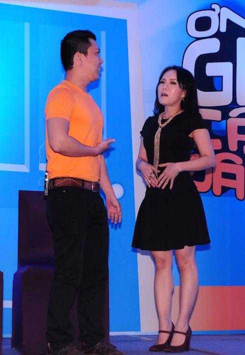 Việt Hương và nhà báo 'làm khó' nhau trên sân khấu.