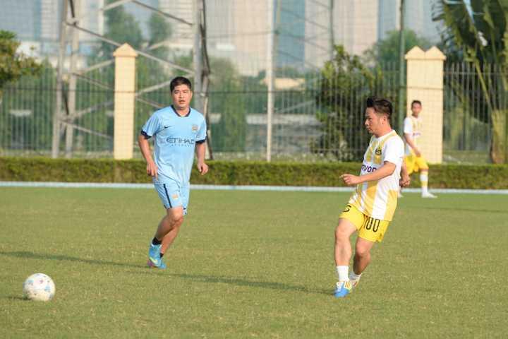 Sau khi về nước chuẩn bị cho Liveshow Đêm tình nhân, Bằng Kiều và đạo diễn Hoàng Giang đã cùng Câu lạc bộ bóng đá FC SOL, câu lạc bộ của những ca sỹ và nghệ sỹ trẻ tại Hà Nội có trận đấu bóng giao lưu với Fc Quốc Bảo.