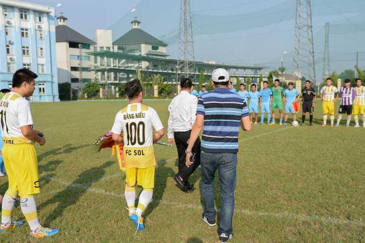 Trận đấu đã diễn ra trên tinh thần giao lưu nhưng cũng không kém phần căng thẳng. Ca sỹ Bằng Kiều được bố trí đá tiền đạo, đạo diễn Hoàng Giang chơi ở vị trí tiền vệ cánh.