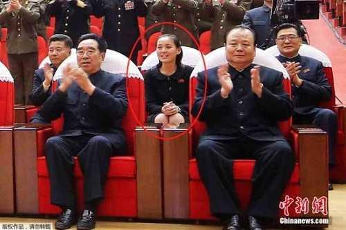 Nhiều khả năng Kim Yo Jong (khoanh đỏ) đang điều hành Triều Tiên tạm thời