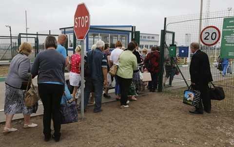 Người dân Ukraine vượt qua biên giới để xin tị nạn tại Nga