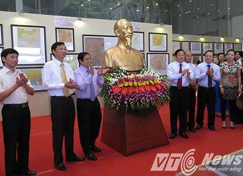 Nhân dịp này, Bộ Thông tin và Truyền thông tặng Bảo tàng tỉnh Quảng Ninh bức tượng chân dung Chủ tịch Hồ Chí Minh - Ảnh MK