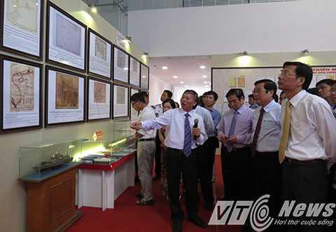 Bộ trưởng Bộ Thông tin và Truyền thông cùng lãnh đạo tỉnh Quảng Ninh tham quan và nghe giới thiệu về các tư liệu, hiện vật trưng bày tại triển lãm - Ảnh MK