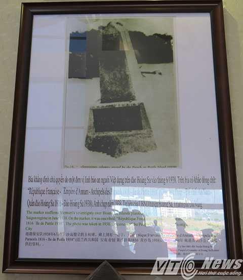 """Bức ảnh Bia khẳng định chủ quyền do một đơn vị lính bảo an người Việt dựng trên đảo Hoàng Sa vào tháng 6/1938, trên              bia có khắc dõng chữ tiếng Pháp với nội dung: """"Cộng Hòa Pháp - Đế chế An Nam -              Quần đảo Hoàng Sa 1816 - Đảo Hoàng Sa 1938) trưng bày tại triển lãm - Ảnh MK"""