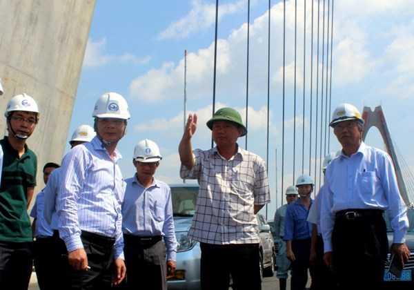 Bộ trưởng GTVT Đinh La Thăng kiểm tra cầu Nhật Tân.