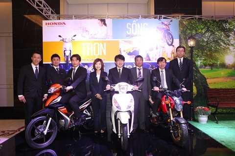 Tổng Giám đốc Honda Việt NamMinoru Kato (ngoài cùng bên phải) và nhóm nghiên cứu phát triển xe máy của Honda tại lễ ra mắt 3 mẫu xe mới tại Việt Nam