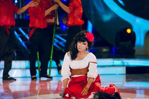Trong đêm thi này, Minh Thuận lại một lần nữa khiến khán giả cười nghiêng ngả với tài năng giả gái của mình. Nam diễn viên giả làm nữ diễn viên Cát Phượng. .