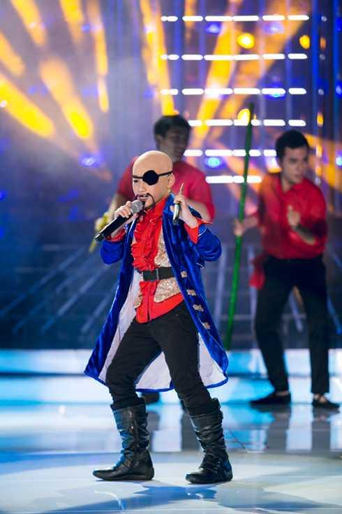 Trong khi bé Anh Duy - bạn cùng chơi với anh - lại hóa thân thành nam ca sỹ Phan Đình Tùng. Cả hai đã thể hiện lại tiết mục Ôi mê ly đã từng được Phan Đình Tùng và Cát Phượng thể hiện trong chương trình Cặp đôi hoàn hỏa 2013