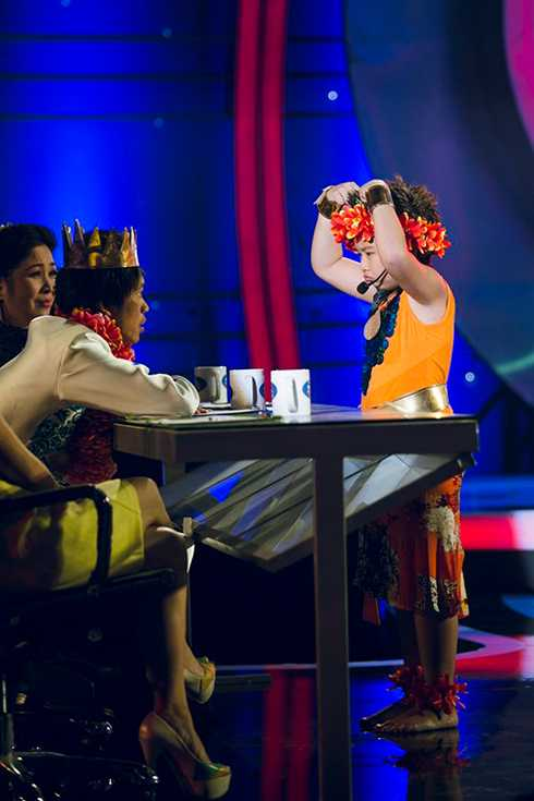 Gia Bảo còn có phần đối đáp rất dễ thương với giám khảo Hoài Linh