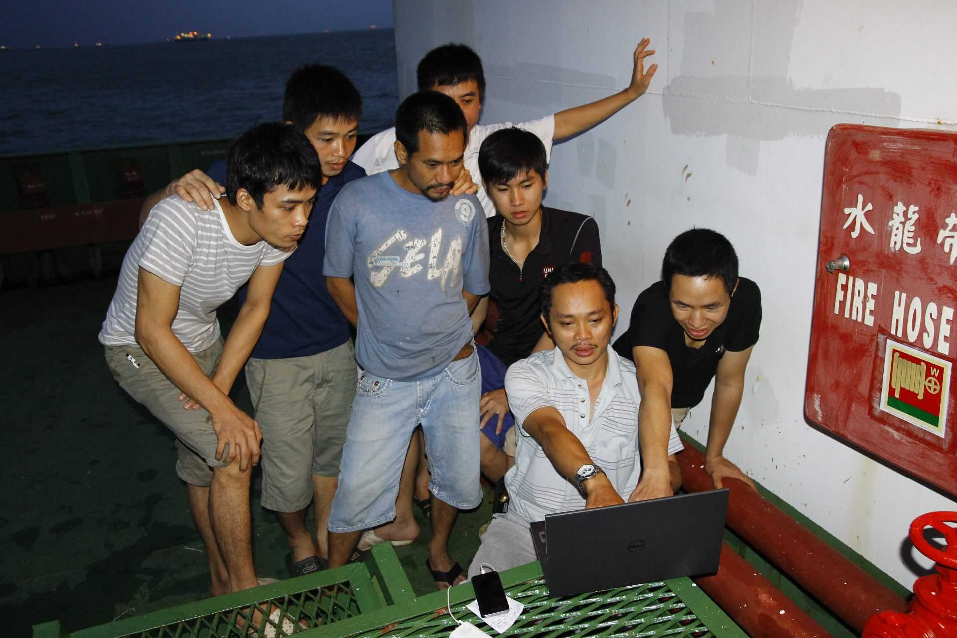 Sau nhiều ngày không được cập nhật thông tin, các thuyền viên háo hức đọc báo qua máy tính của PV VTC News