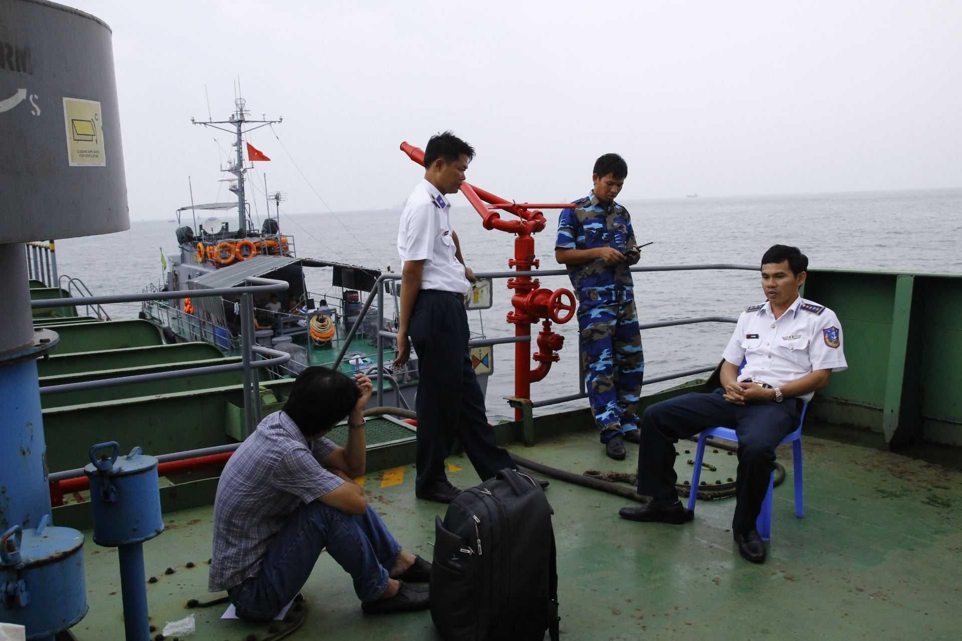 Quản lý tàu nói chuyện với CSB3