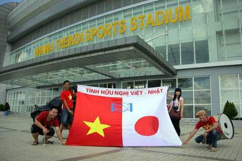 Cổ động viên Việt Nam và họa sỹ người Nhật Megumi trước trận đấu              (Ảnh: Hà Thành)