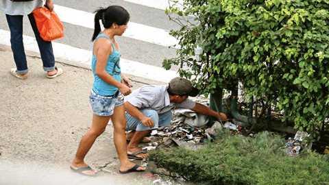 Cất giấu ma túy lẫn với rác tránh bị bắt quả tang