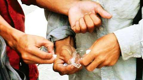 Từng tép ma túy được phân chia cho các đối tượng bán rải rác suốt dọc tuyến đường