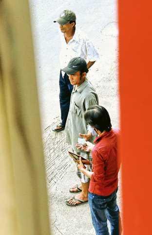 Việc mua bán ma túy được cảnh giới rất cẩn thận theo tầng lớp