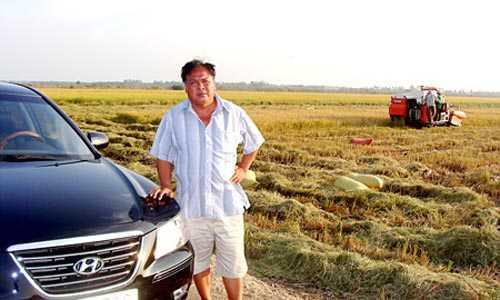 Đại gia lái ô tô đi thăm ruộng.