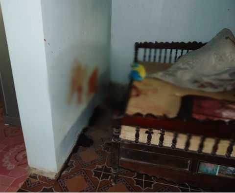 Vết máu có cả trên giường và bức tường phía trong nhà.